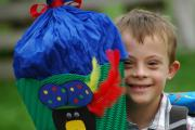 Kind mit Downsyndrom mit Schultüte